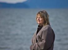 Femme blonde âgée moyenne à l'océan Image stock
