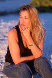 Femme blonde âgée moyenne attirante à la plage photographie stock