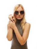 Femme blonde élégante de beauté posant en vêtements à la mode et Bi photo stock