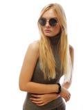 Femme blonde élégante de beauté posant en vêtements à la mode et Bi Photos libres de droits