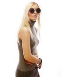Femme blonde élégante de beauté posant en vêtements à la mode et Bi image libre de droits