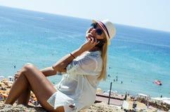 Femme blonde élégante souriant et à l'aide du smartphone Photos libres de droits