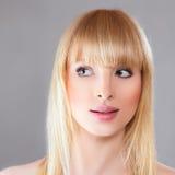 Femme blonde étonnée par beauté Photo stock