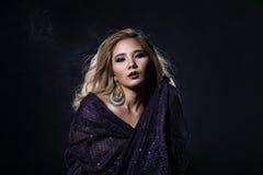 Femme blonde asiatique de cheveux de vague, épaules ouvertes de portrait avec le purpl image stock