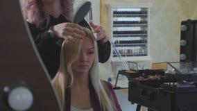 Femme blonde attirante au salon de beauté banque de vidéos
