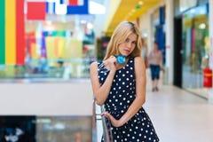Femme blonde attirante avec des cartes de crédit photo stock