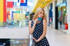 Femme blonde attirante avec des cartes de crédit image stock