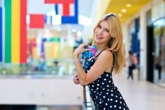 Femme blonde attirante avec des cartes de crédit photo libre de droits