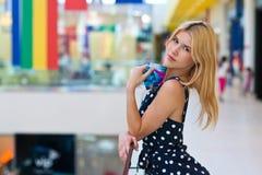 Femme blonde attirante avec des cartes de crédit images libres de droits