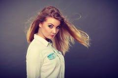 Femme blonde attirante avec les cheveux ébouriffés par le vent image libre de droits