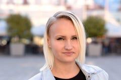 Femme blonde attirante avec un sourire amical doux Photographie stock libre de droits