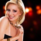 Femme blonde attirante dans l'usage de soirée Photographie stock libre de droits