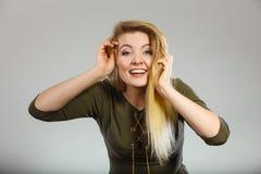 Femme blonde attirante portant le dessus kaki vert serré Images libres de droits