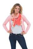 Femme blonde attirante posant avec des mains sur des hanches Image libre de droits