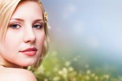 Femme blonde attirante regardant dans l'appareil-photo Images stock