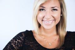 Femme blonde attirante sur le studio images libres de droits