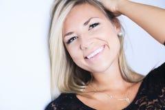 Femme blonde attirante sur le studio photographie stock