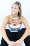 Femme blonde attirante sur le studio image libre de droits