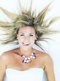 Femme blonde attirante sur le studio image stock