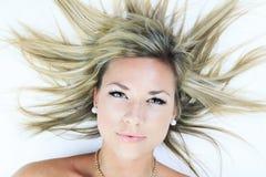 Femme blonde attirante sur le studio images stock