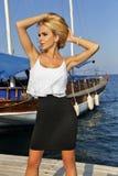 Femme blonde aux cheveux longs très belle de très avec de longues jambes au sujet de beaux yeux verts Image stock