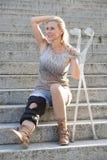 Femme blonde avec des béquilles photo libre de droits