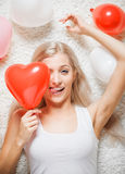Femme blonde avec des ballons photos stock