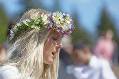 Femme blonde avec des fleurs dans ses cheveux préparant pour célébrer Photo stock