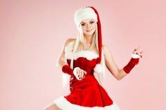 Femme blonde avec du charme et attirante dans un costume de Santa photographie stock libre de droits