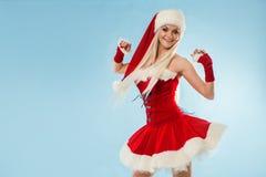 Femme blonde avec du charme et attirante dans un costume de Santa photos stock