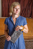 Femme blonde avec Gray Leather Clutch Photographie stock