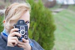 Femme blonde avec l'appareil-photo Photographie stock libre de droits