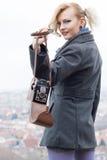 Femme blonde avec l'appareil-photo Photo stock
