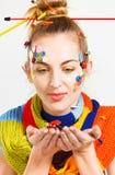 Femme blonde avec la coiffure de créativité avec les boutons colorés et le f photo libre de droits