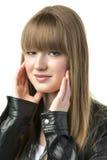 Femme blonde avec la veste en cuir noire Image libre de droits