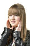 Femme blonde avec la veste en cuir noire Photographie stock libre de droits