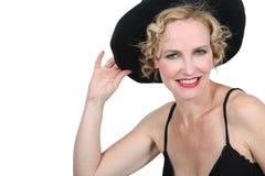Femme blonde avec le chapeau noir Images stock