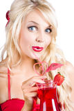 Femme blonde avec le cocktail rouge Photos stock