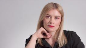 Femme blonde avec le maquillage rouge lumineux dans le studio banque de vidéos