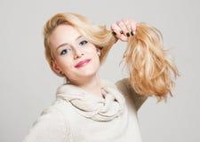 Femme blonde avec les cheveux brillants Photo libre de droits