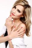 Femme blonde avec les ongles manucurés rouges Photos stock