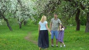 Femme blonde courant vers son père de famille, fille et garçon affectueux banque de vidéos