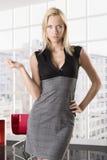 Femme blonde d'affaires avec la main sur le gratte-cul Images stock