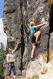 Femme blonde d'instructeur mâle d'escalade ensoleillée Photo libre de droits