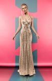 Femme blonde dans la belle robe d'or image stock