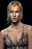 Femme blonde dans la robe avec la texture de peau de serpent images stock