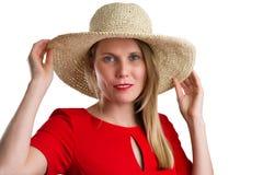 Femme blonde dans la robe rouge avec le chapeau de paille, d'isolement sur le blanc photos libres de droits