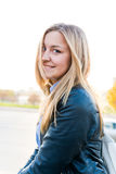Femme blonde dans la ville par jour ensoleillé Photos stock
