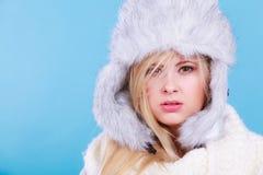Femme blonde dans le chapeau velu chaud d'hiver Photo stock