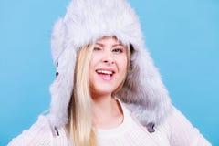 Femme blonde dans le chapeau velu chaud d'hiver Photographie stock